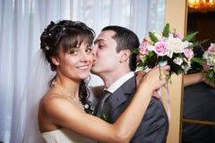 Lycklig omfamnade brud och brudgum Fotografering för Bildbyråer