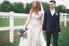 Lycklig brud och brudgum som poserar efter bröllopceremoni arkivbilder