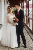 Lycklig brud som kramar med brudgummen, härlig blonebrud i vit w royaltyfri bild