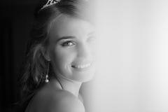 Lycklig brud som ler på kameran Royaltyfria Foton