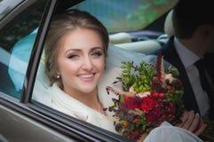 lycklig brudbil arkivfoto