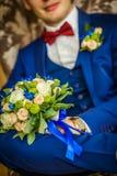 Lycklig brudgum med bröllopbuketten Arkivbilder