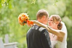 Lycklig brudgum- och brudblick på de Royaltyfria Bilder