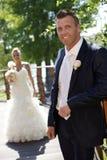 Lycklig brudgum som ler på bröllop-dag Arkivfoto