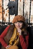 Lycklig brunett som framme poserar av en stängd falsk port Royaltyfria Foton