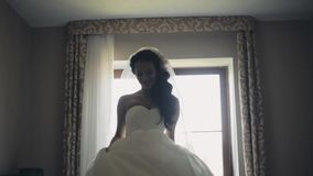 Lycklig brunettbruddans Attraktiv kvinna i bröllopsklänningen som får klar för ceremoni och att tycka om dagen