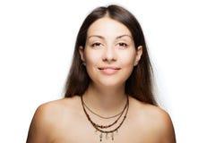 Lycklig brunettflicka som bär en halsband med generiska symboler Royaltyfri Bild