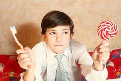 Lycklig brushign för skolapojke hans tänder Arkivfoton