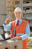 Lycklig byggmästare i byggnadslokal Arkivfoto