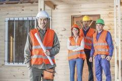 Lycklig byggnadsarbetare med besättningen Royaltyfri Foto