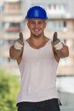 Lycklig Caucasian byggnadsarbetare Giving Thumb Up Royaltyfri Fotografi