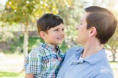 Lycklig Caucasian fader och son som tillsammans spelar i parkera Royaltyfri Bild