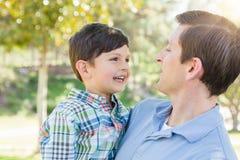 Lycklig Caucasian fader och son som tillsammans spelar i parkera Royaltyfri Foto