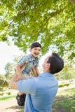 Lycklig Caucasian fader och son som tillsammans spelar i parkera Royaltyfria Foton