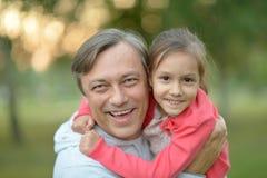 Lycklig Caucasian fader som rymmer hans dotter Royaltyfri Bild