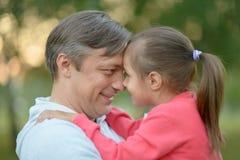 Lycklig Caucasian fader som rymmer hans dotter Arkivbild