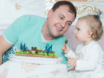 Lycklig caucasian familjfader och dotter på sängen hemma Arkivbild