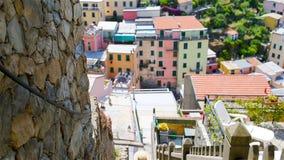 Lycklig caucasian flicka som har gyckel under europeisk semester i Cinque Terre Ung caucasian turist som går på det gammalt arkivfilmer