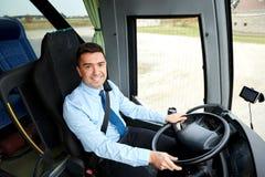Lycklig chaufför som kör den intercity bussen royaltyfria bilder