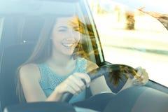 Lycklig chaufför som kör en bil arkivbild