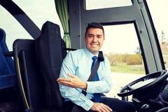Lycklig chaufför som ombord inviterar av den intercity bussen arkivfoto