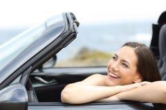 Lycklig chaufför som tycker om semestrar i en cabrioletbil royaltyfri foto