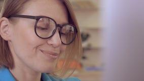 Lycklig chef för Closeup som arbetar med PC stock video