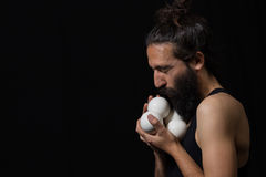 Lycklig cirkusjonglör som kysser hans jonglera bollar Arkivfoton