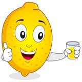 Lycklig citron med ny sammanpressad fruktsaft Royaltyfri Foto