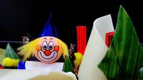 Lycklig clownisläggning på chokladkakan Royaltyfri Fotografi