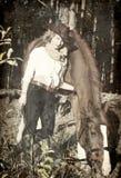 Lycklig cowgirl med henne tonad röd horse.art Arkivbilder
