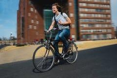 Lycklig cykelbudbärare i en rusa arkivfoto