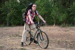Lycklig cyklist på kusten Arkivbilder