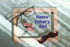 Lycklig dag för fader` s, gåvaask, farsa, stil, man, exponeringsglas, mustascher, rosor, ONCEPT-VÄLKOMNANDE OCH GÅVOR Royaltyfri Fotografi