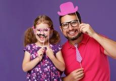 Lycklig dag för fader` s! rolig farsa och dotter med att bedra för mustasch fotografering för bildbyråer