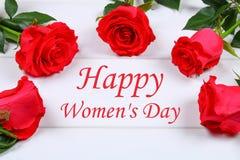Lycklig dag för kvinna` s Mars 8 Rosor på en vit trätabell Royaltyfria Bilder