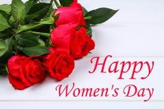 Lycklig dag för kvinna` s Mars 8 Rosor på en vit trätabell Arkivfoto
