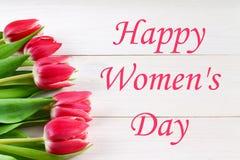Lycklig dag för kvinna` s Mars 8 Tulpan på en vit trätabell Arkivfoto
