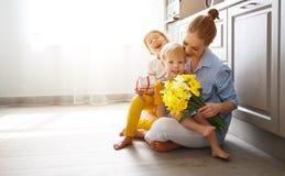 Lycklig dag för moder` s! Barn gratulerar mammor och ger henne a arkivfoton