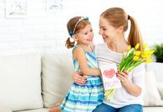 Lycklig dag för moder` s! Barndottern gratulerar mammor och ger sig Royaltyfria Foton