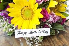 Lycklig dag för moder` s hälsningkort, med buketten av blommor Arkivfoto