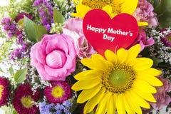 Lycklig dag för moder` s hälsningkort, med buketten av blommor Royaltyfri Foto