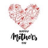 Lycklig dag för moder` s - hand dragit bokstäveruttryck med röd blommahjärta som isoleras på den vita bakgrunden Rolig borstefärg stock illustrationer
