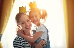 Lycklig dag för moder` s! moder och dotter i kronor arkivbilder