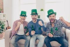 Lycklig dag för St Patrick ` s! Attraktiva stiliga grabbar Royaltyfri Bild