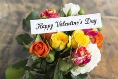 Lycklig dag för valentin` s hälsningkort med buketten av flerfärgat Royaltyfri Foto