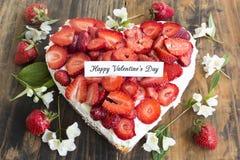 Lycklig dag för valentin` s hälsningkort med hjärtaostkaka med Arkivbilder