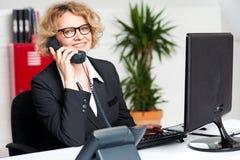 Lycklig dam för främre skrivbord som deltar i klientappell royaltyfri fotografi