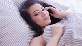 Lycklig dam för romantisk morgon som flörtar fresta blick arkivfilmer