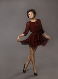 Lycklig dans för kvinna som ler Glad Girl Posing i röd klänning Arkivbild
